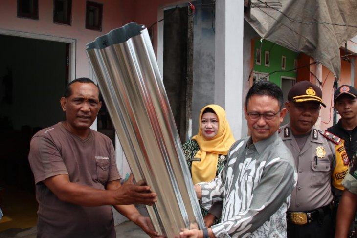 Pemkot Pontianak memberikan bantuan seng kepada 53 korban puting beliung