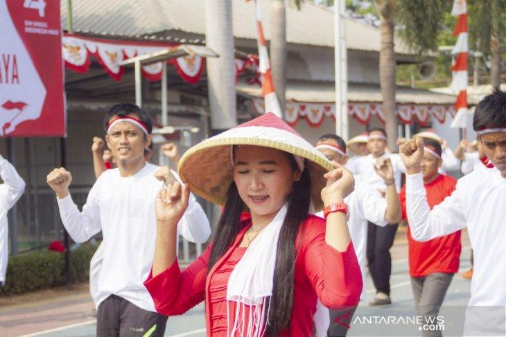 Warga binaan dan petugas Lapas di Karawang menari bersama peringati HUT kemerdekaan RI