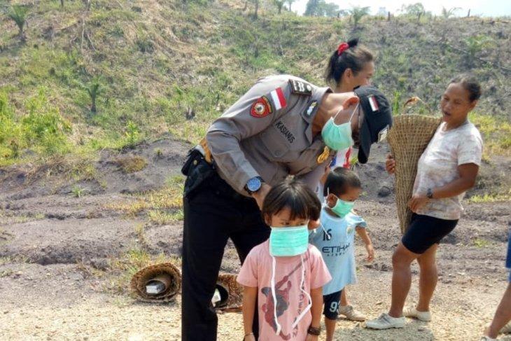 Polisi bagikan masker kepada masyarakat perbatasan