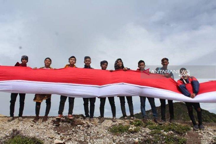 Bendera Merah Putih sepanjang 100 meter kembali berkibar di puncak  Sorik Marapi