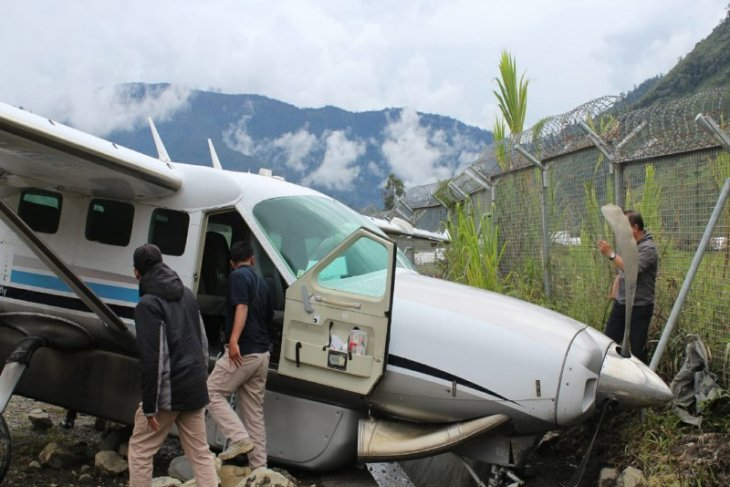Plane with broken wheel overshoots runway at Papua's Mulia Airport