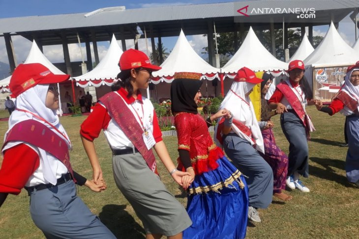 Peserta SMN asal Sumut  ikut Tarian Dero usai upacara di Sigi