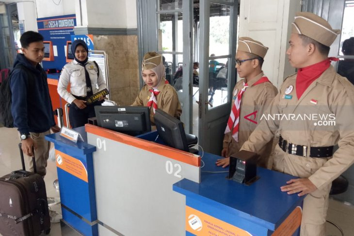 Petugas di stasiun Daop Jember gunakan pakaian pejuang peringati HUT RI