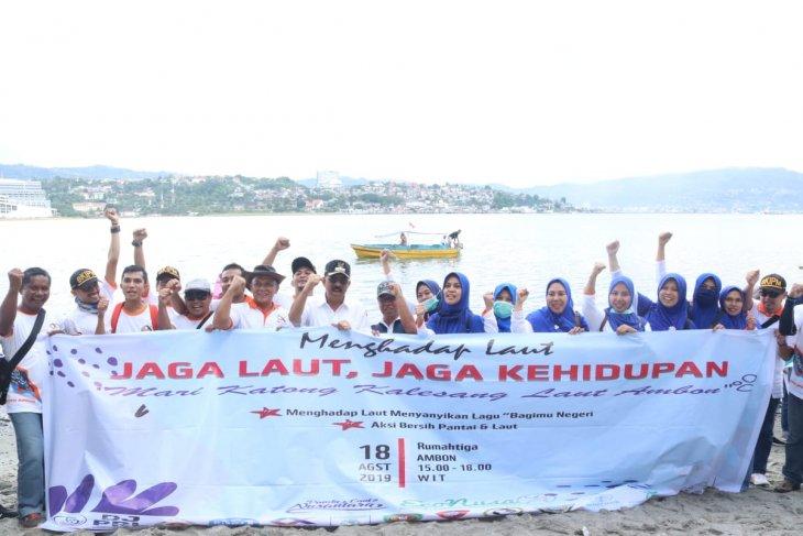 Ribuan warga bersihkan sampah di Teluk Ambon