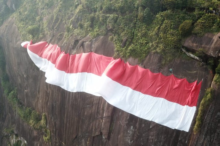 Pemanjat tebing asal Malaysia ikut bentangkan bendera di Bukit Kelam