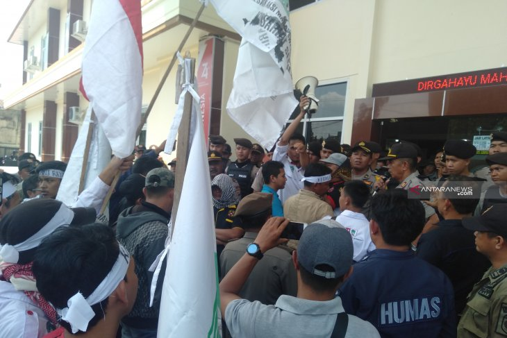 Jatuhkan vonis bebas pada oknum polisi diduga bandar narkoba, PN Baturaja didemo