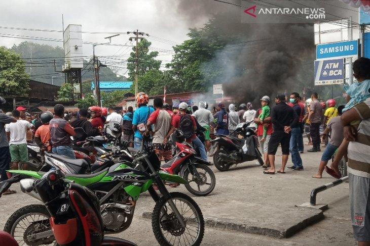 Massa blokade jalan utama di Manokwari