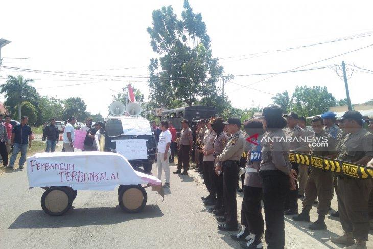 Belasan orang demo tagih realisasi program Bupati Mukomuko