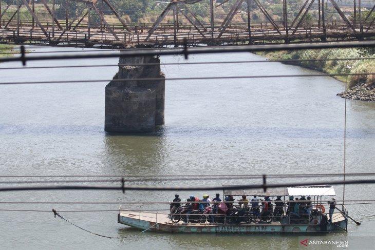 Perahu penyeberangan Sungai Brantas