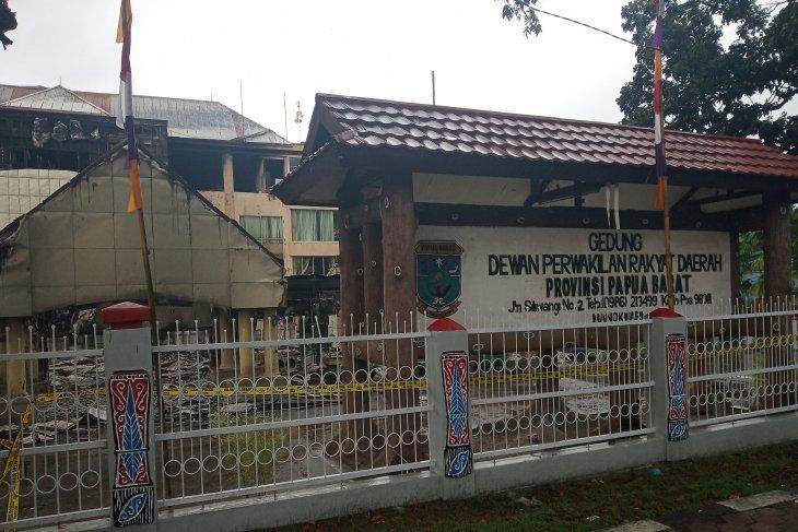 Gedung DPR Papua Barat sebelum dan setelah dibakar