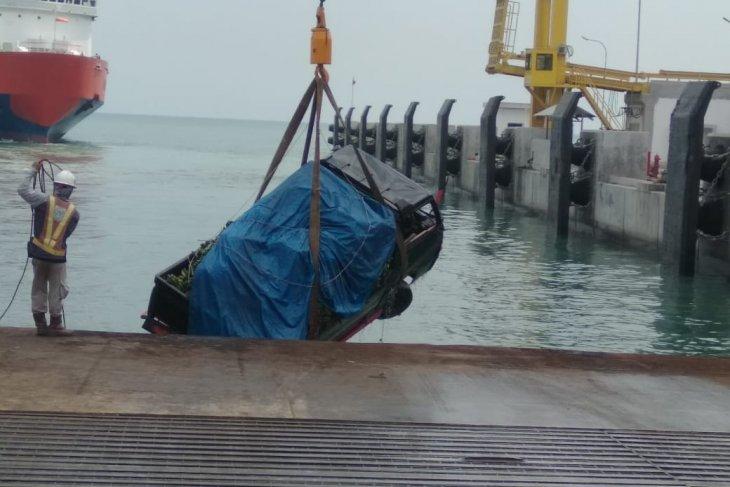 Pick up bermuatan pisang tercebur di dermaga 7 Pelabuhan Merak