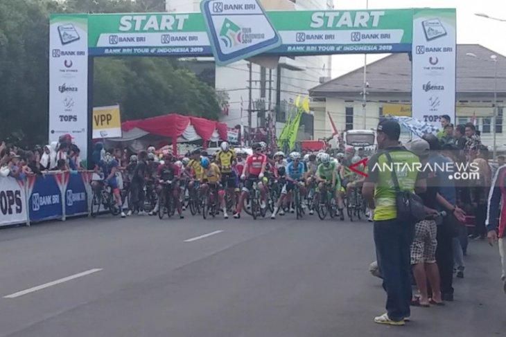 Peserta balap sepeda Tour d'Indonesia etape keempat berkurang