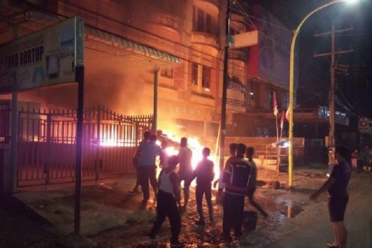 Diduga akibat api rokok, lapak minyak ludes terbakar di Sarudik