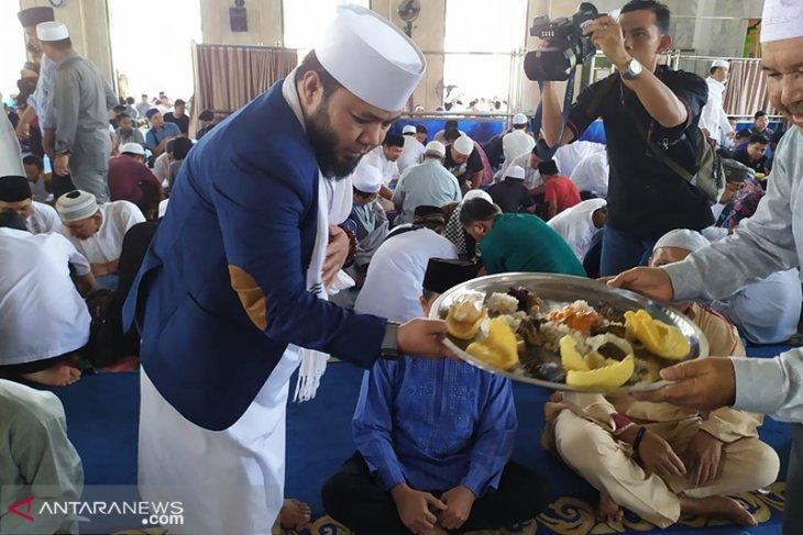 Jum'at berkah, Walikota Bengkulu sajikan ribuan nampan nasi