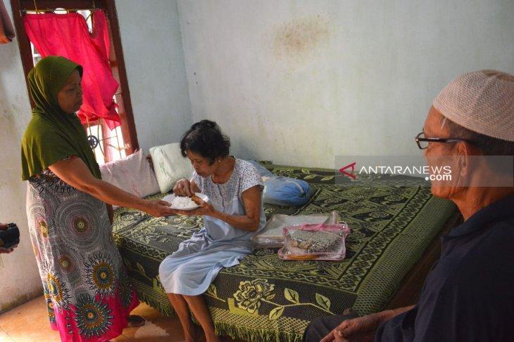 Nenek tunanetra kumpulkan uang dari memijat untuk biaya berobat anak