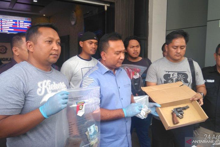 Polisi baku tembak dengan pencuri senpi anggota Polsek