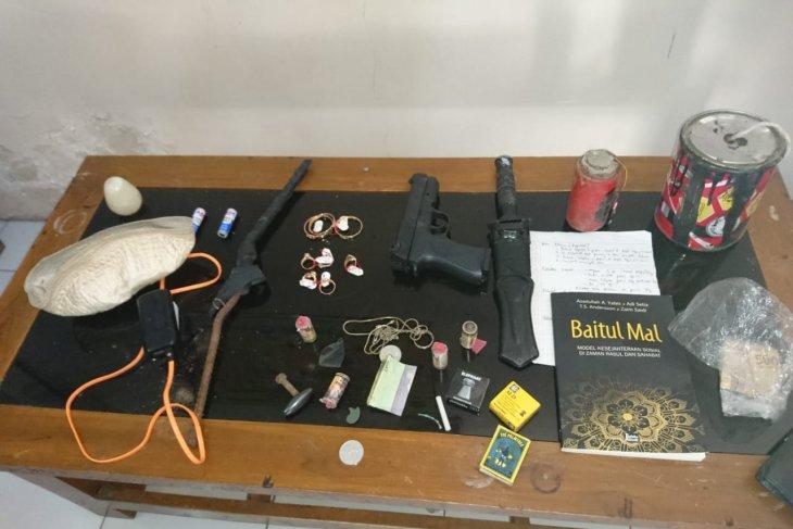 Polres Magetan tangkap seorang pria bawa senjata tajam dan bom rakitan