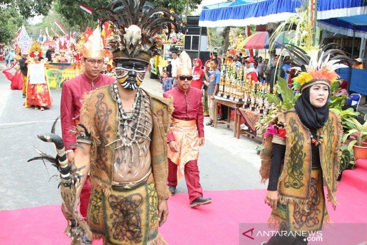Gerak jalan kenakan pakaian adat nusantara digelar di Banyuwangi