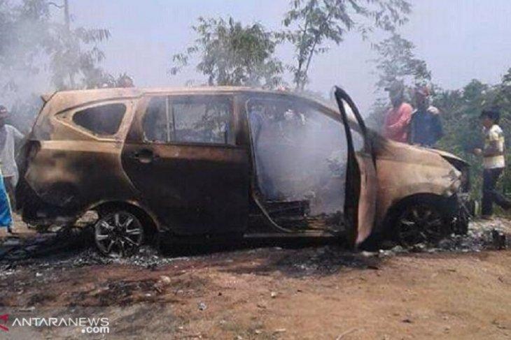 Tragis, ada dua mayat dengan kondisi terikat dan hangus dalam minibus terbakar di Sukabumi