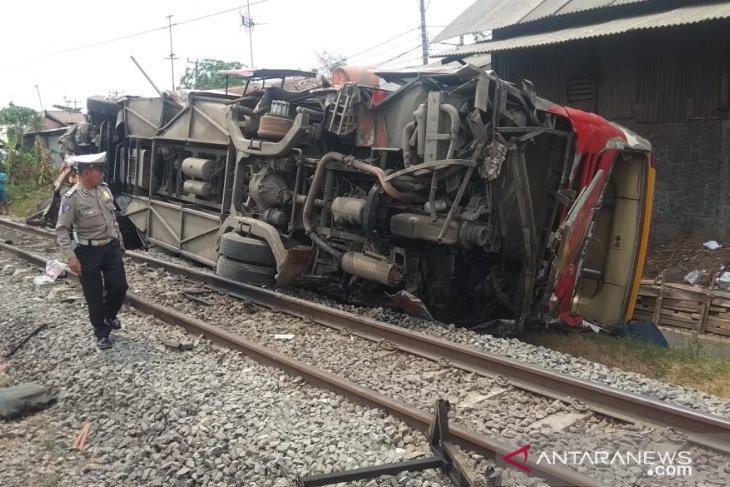 Bus Agra Mas sempat terseret sejauh 100 meter setelah dihantam kereta