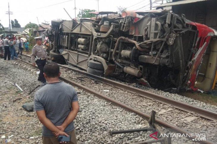 Nahas, bus Agra Mas terguling dihantam kereta Argo Parahyangan di Karawang
