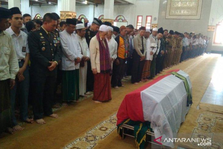 Ketua MUI Cianjur memimpin shalat jenazah Ipda Erwin