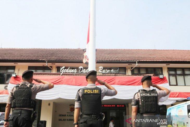 Pengibaran bendera setengah tiang sebagai tanda duka wafatnya Ipda Erwin