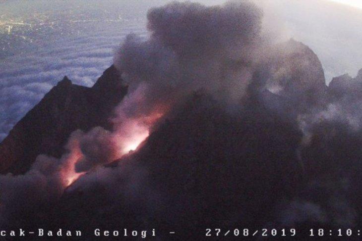 Gunung Merapi mengeluarkan  awan panas guguran sejauh 2.000 meter