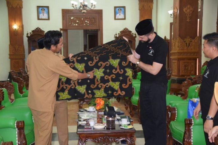 Bupati kenalkan batik Kabupaten Madiun ke perwakilan Konjen AS