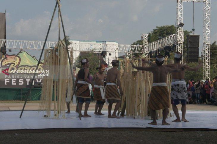 Berikut meriahnya Parisj Van Borneo Festival di kota Barabai