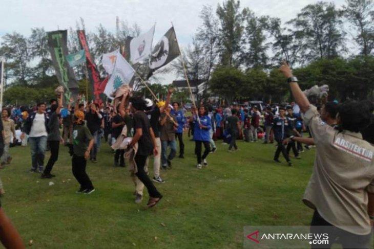 Tak terima digembok, ribuan mahasiswa UIN Ar-Raniry bongkar paksa dan duduki Tugu Darussalam