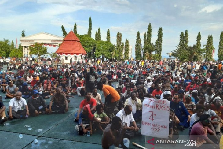 TNI, police deploy trucks to move thousand Papuan demonstrators home