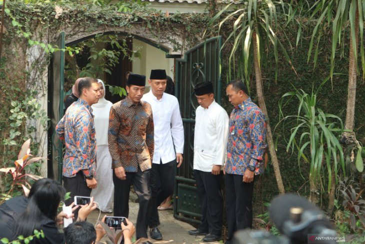 President Jokowi pays homage to Yudhoyono's late mother