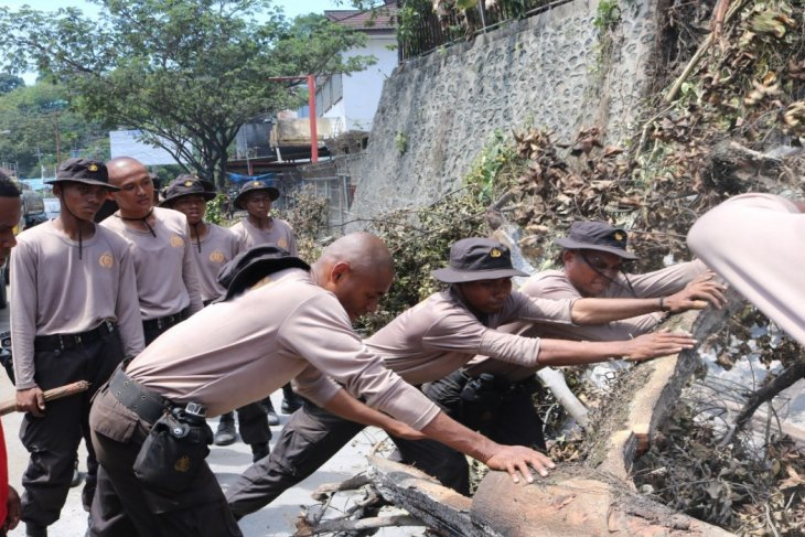 Siswa SPN Polda Papua kerja bakti setelah demo di Jayapura