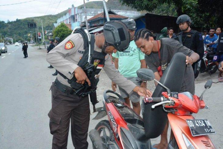 Polisi amankan puluhan senjata tajam saat razia di Jayapura