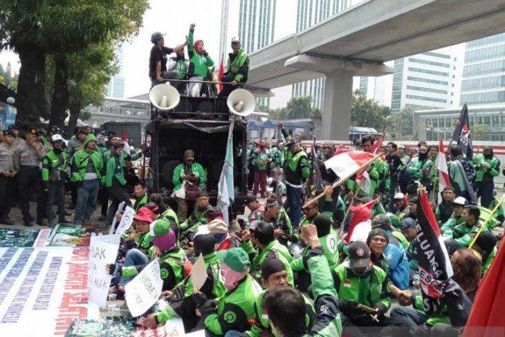 Motortaxi drivers demonstrate before Malaysian Embassy