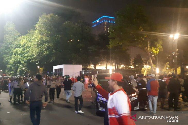 Bubarkan kericuhan suporter di GBK, polisi tembakkan gas air mata