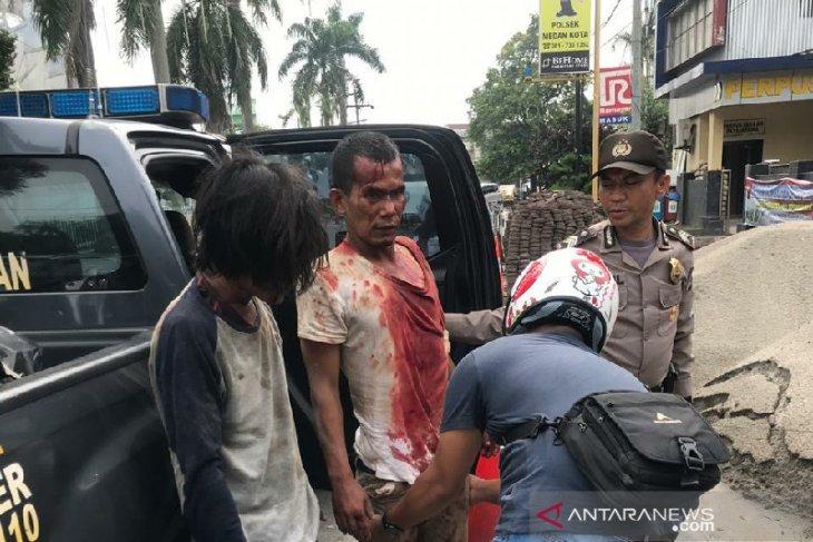 Usai jambret seorang wanita di Medan, dua pelaku nyaris tewas dihajar massa