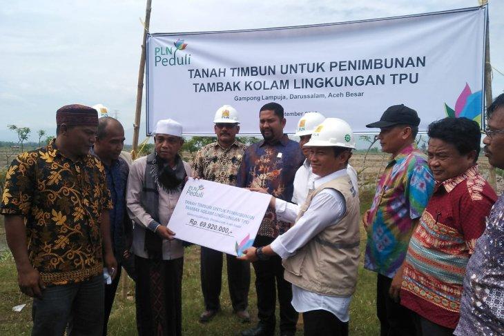 PLN UIP Sumbagut salurkan bantuan tanah timbun