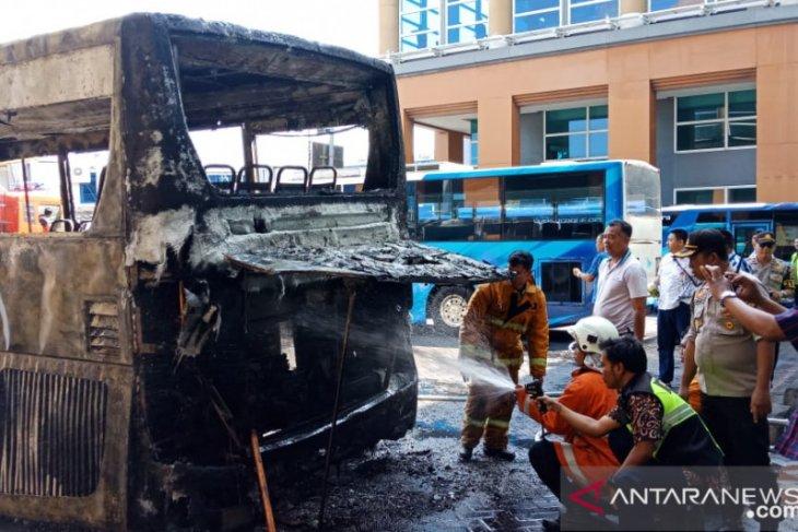 Terbakarnya bus tak ganggu operasional Bandara Ngurah Rai