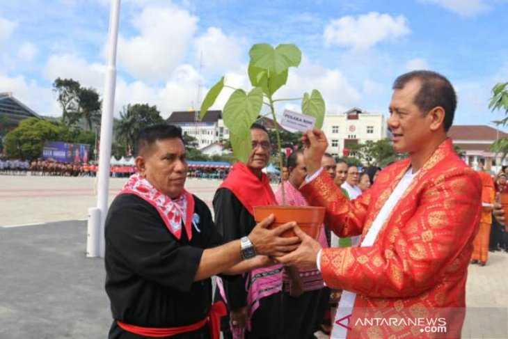Kepala BNPB serahkan bantuan bibit pohon langka di Ambon