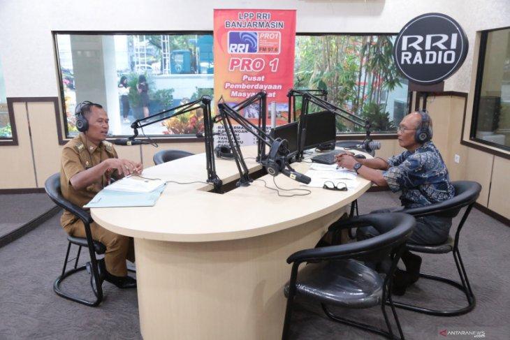 Bupati baca berita di RRI Pro 1 Banjarmasin
