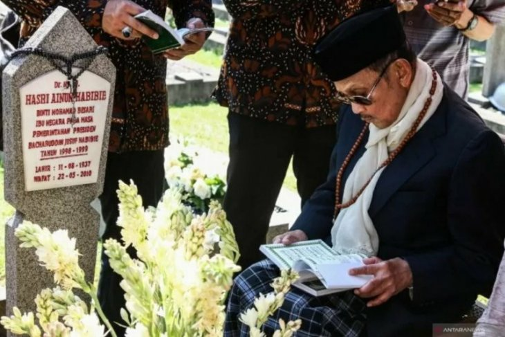 Habibie to be entombed next to his wife