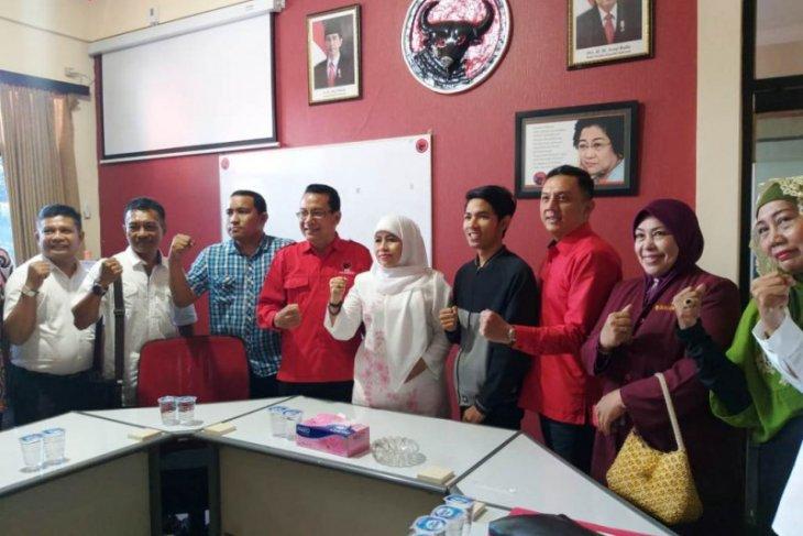 Kader Muslimat ambil formulir pendaftaran bacawali Surabaya di PDIP
