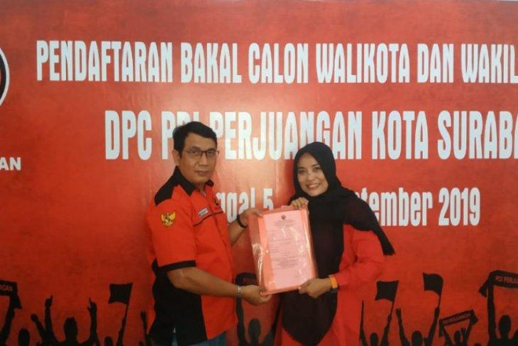 Istri Bambang DH ambil formulir pendaftaran Pilkada Surabaya di PDIP