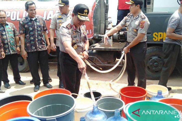 Polda Jambi salurkan bantuan air bersih bagi warga Tangkit Muarojambi
