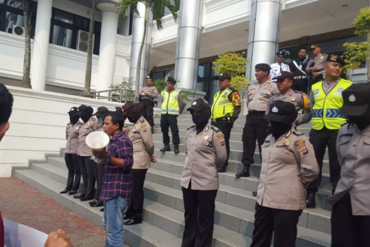Rally participants seek govt's endorsement of revision of KPK law