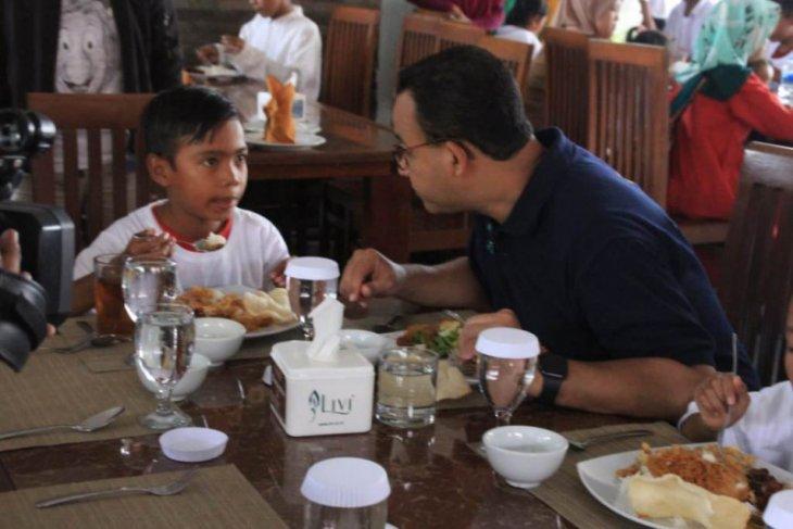Makan siang Anies bersama 200 anak yatim-piatu dari Kepulauan  Seribu