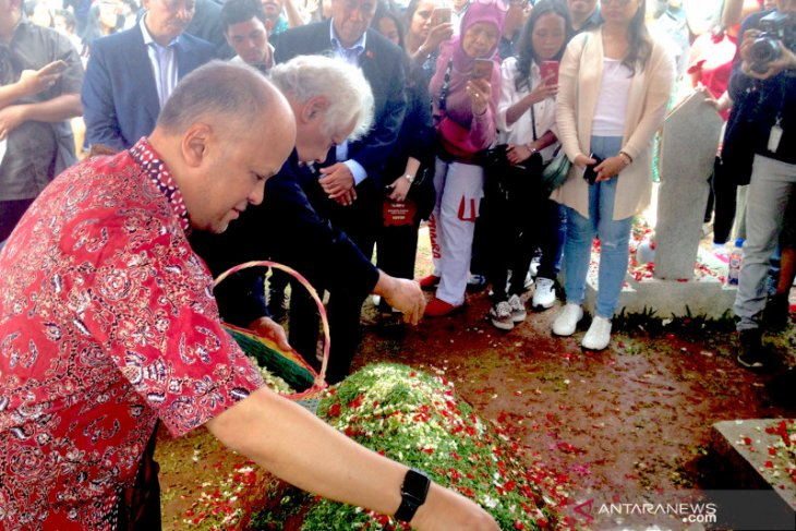 Xanana Gusmao visits BJ Habibie's grave to pay his last respect