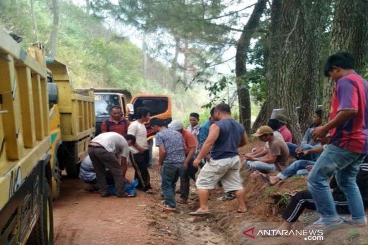 Puluhan sopir dum truk blokir proyek jalan Oregon